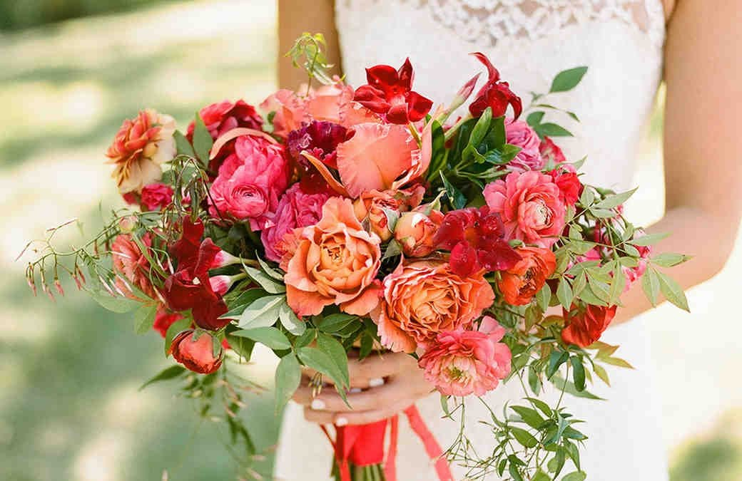 Bridal bouquets, boutonnières and cascading tablescapes! We take a look at spring floral trends!
